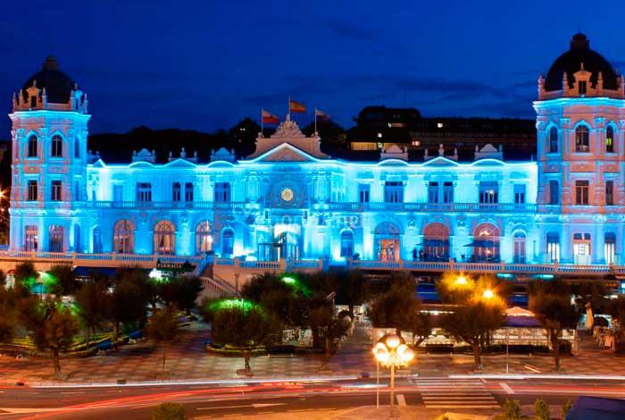Fachada Casino Sardinero iluminada