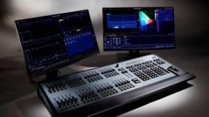 Mesas control iluminación ETC y dos monitores